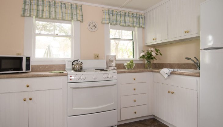 Kitchen with white drawers and oven